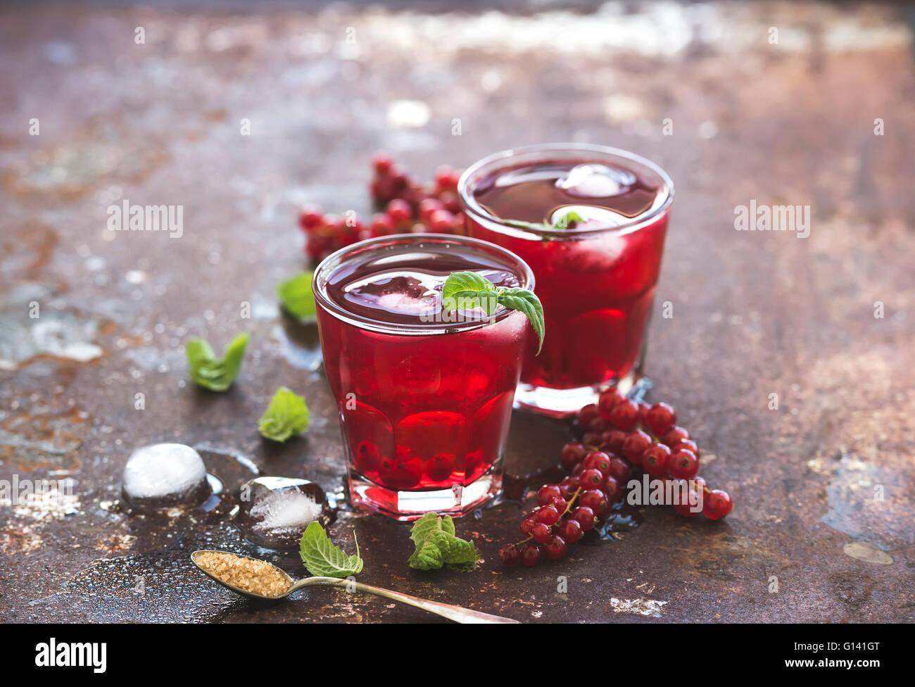 Limonade aux petits fruits rouges avec de la glace et la menthe sur grunge vintage métal rouillé backdround, Photo Stock