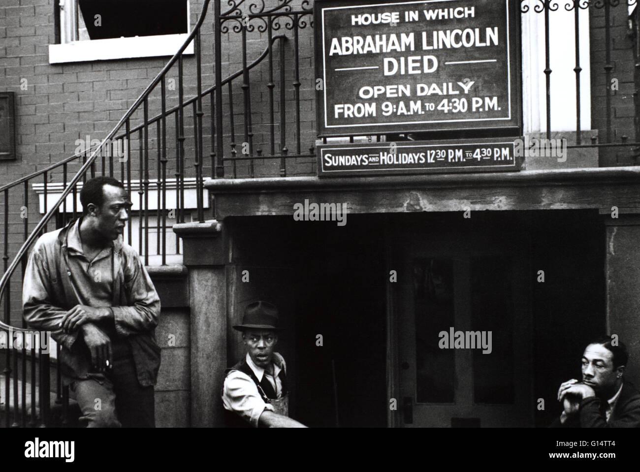 Les hommes de race noire à l'extérieur de la maison où Abraham Lincoln est mort. Par John Vachon, Photo Stock