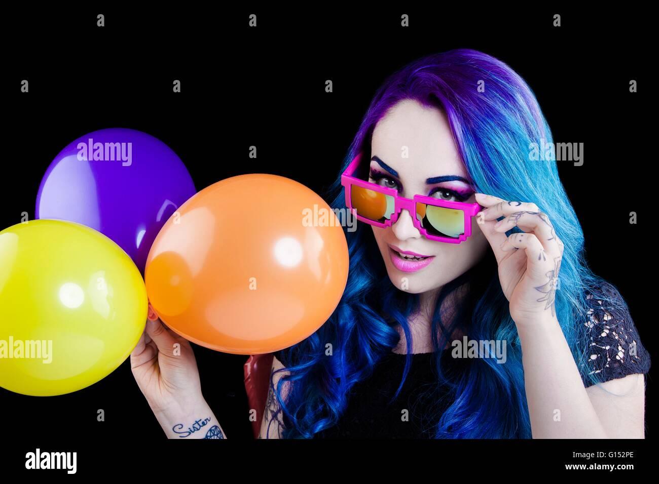 Portrait d'une jolie fille aux cheveux bleus, balle de couleur de la lumière, avec les yeux baissés, Photo Stock