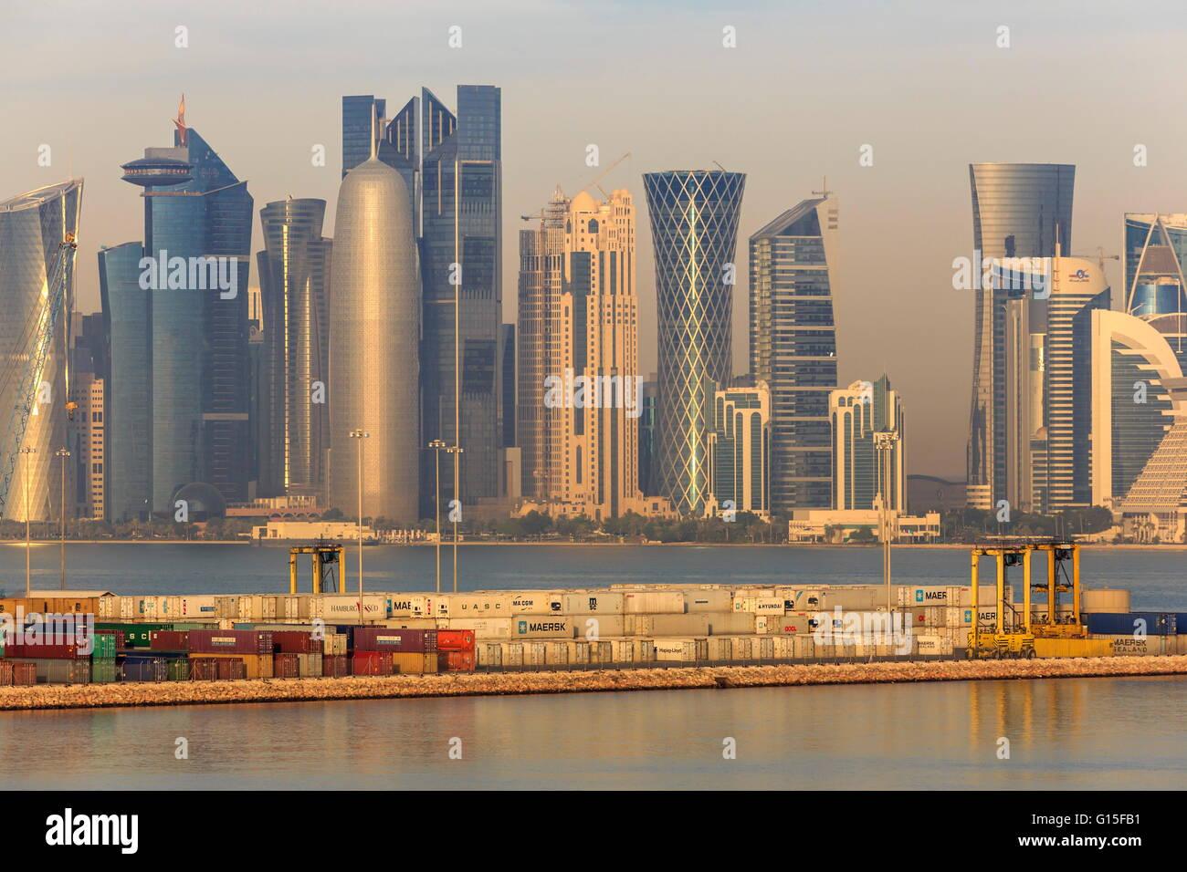 Doha futuriste ville et port à conteneurs, Doha, Qatar, Moyen-Orient Banque D'Images