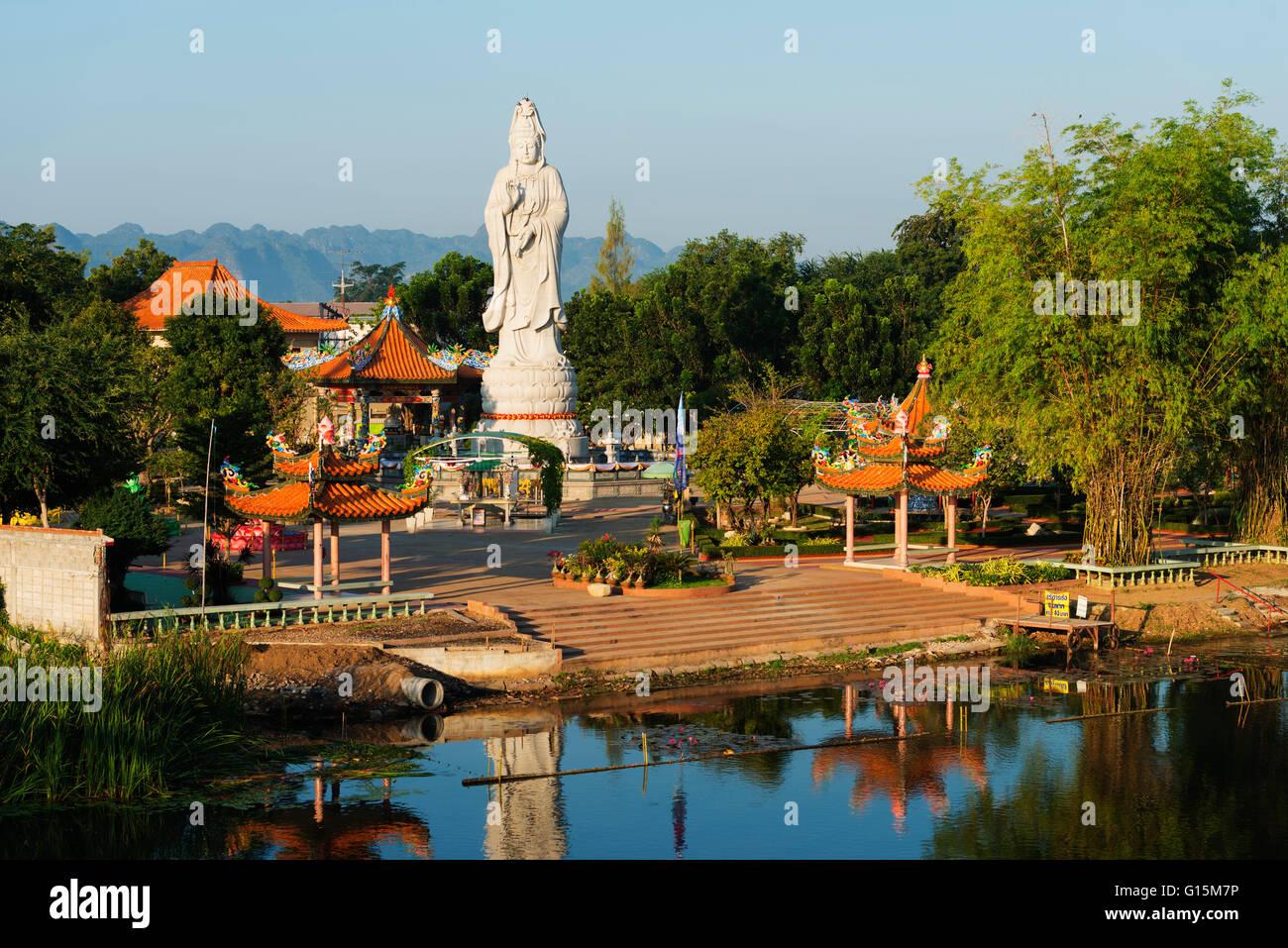 River Kwai et Kuang Im Chapelle temple bouddhiste, Kanchanaburi, Thaïlande, Asie du Sud, Asie Photo Stock