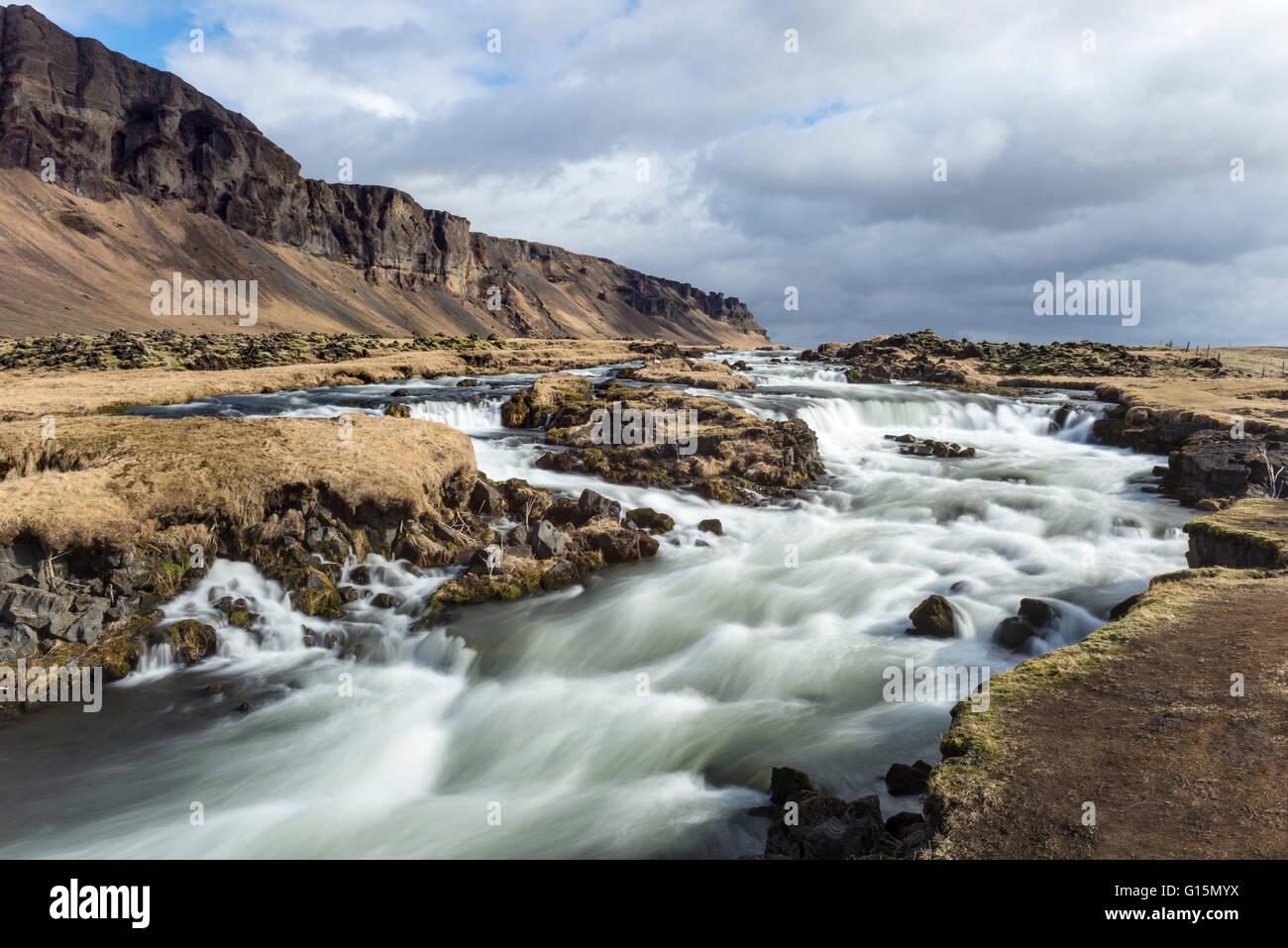 Vue grand angle de la rivière à un Foss Sidu, Sud de l'Islande, Islande, régions polaires Photo Stock
