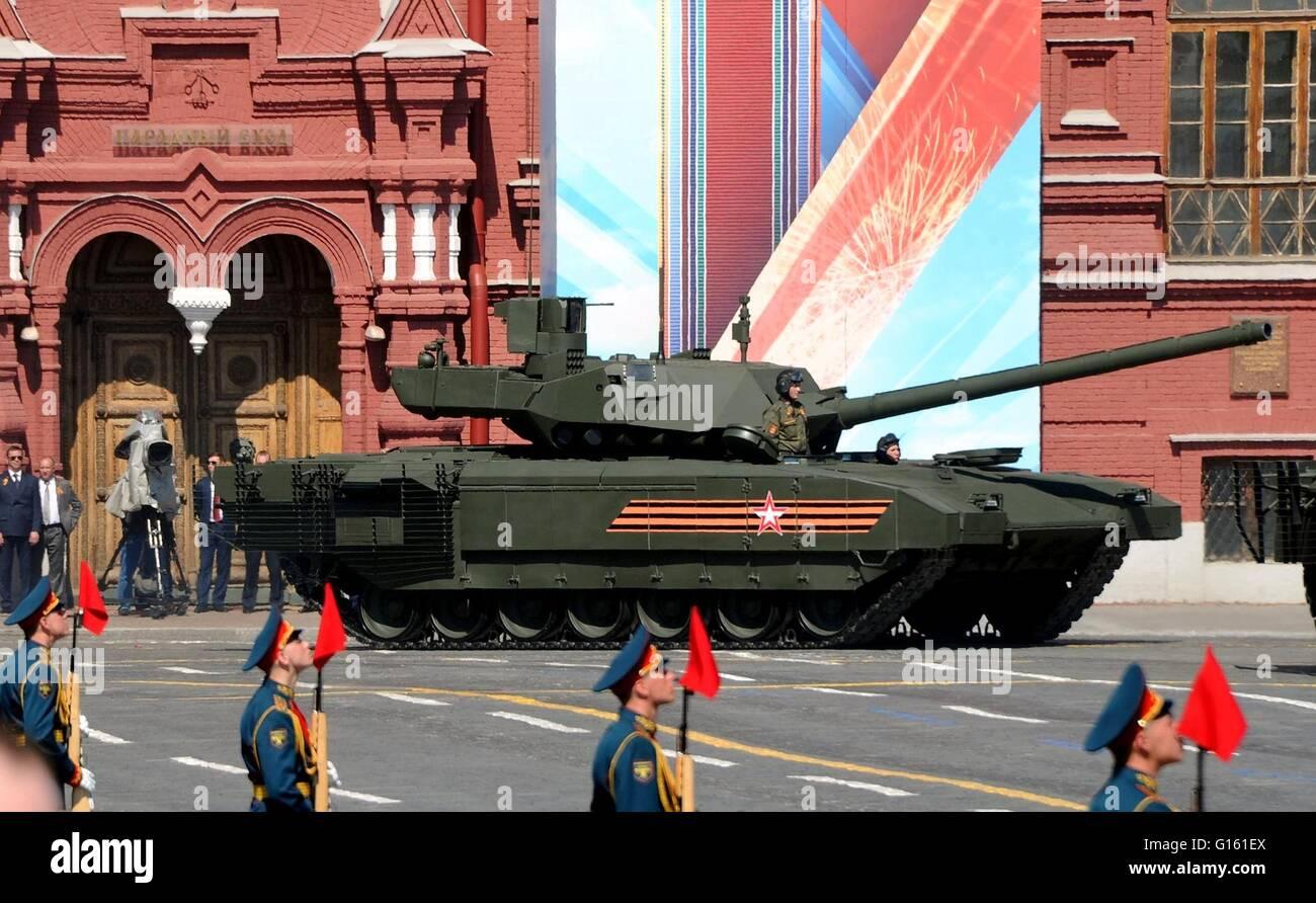 Les soldats russes en T-14 Armata chars de bataille lors de la parade militaire, le jour de la Victoire annuel marquant Photo Stock