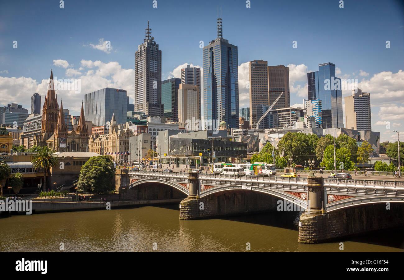 Au-dessus de la rivière Yarra Princes Bridge menant à la gare de Flinders Street avec les toits de Melbourne Banque D'Images