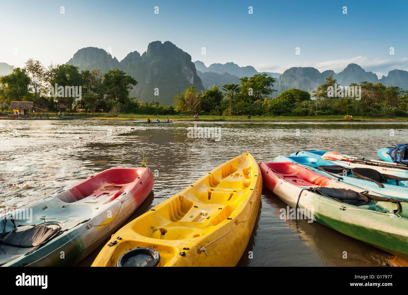 Kayak bateaux dans la rivière Nam Song à Vang Vieng, Laos Photo Stock