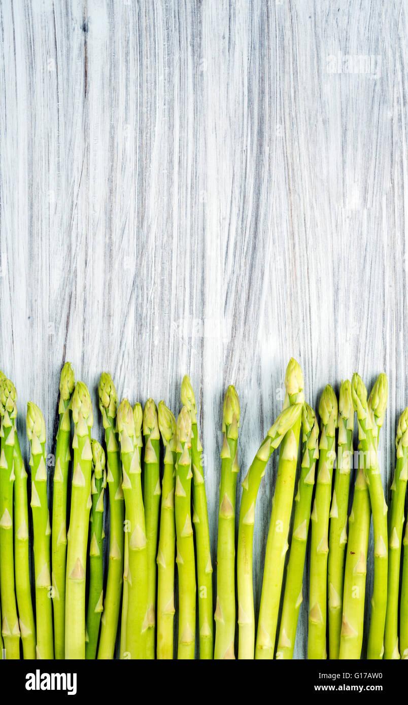Le voyant vert frais sparagus de fond en bois peint. Vue de dessus, copy space Photo Stock