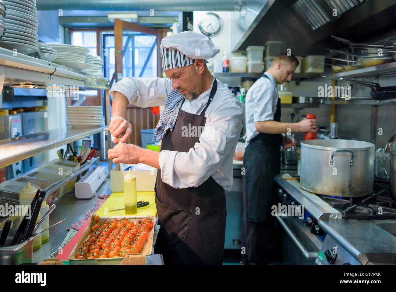 Chef de la préparation tomates au restaurant traditionnel italien cuisine Photo Stock
