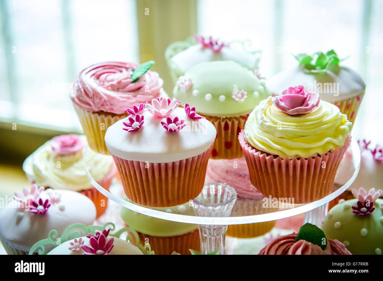 Variété de jolis cupcakes sur cakestand Photo Stock