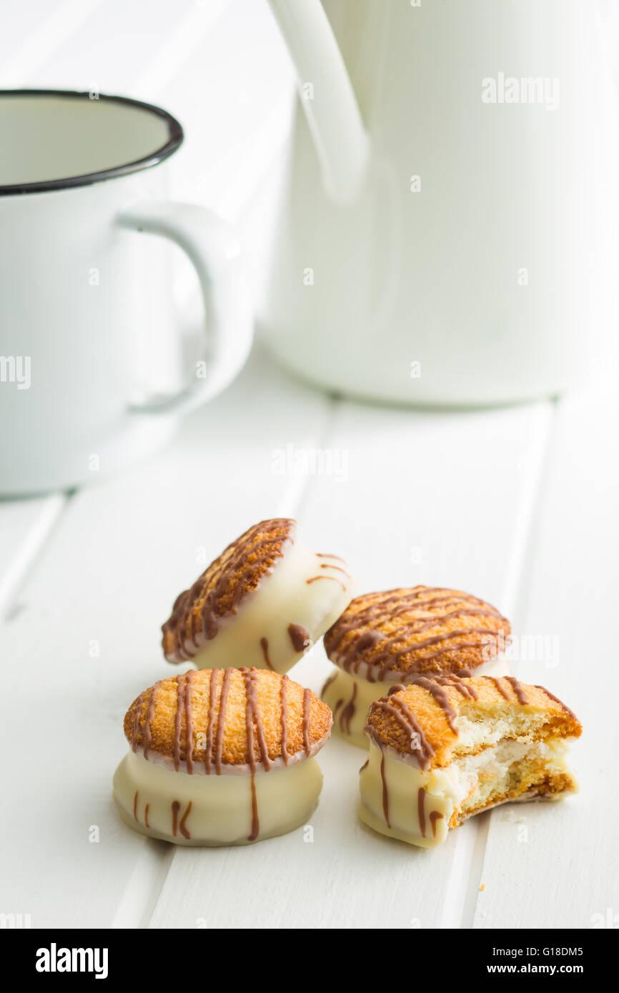 Dessert sucré. Glace au chocolat avec des biscuits. Photo Stock