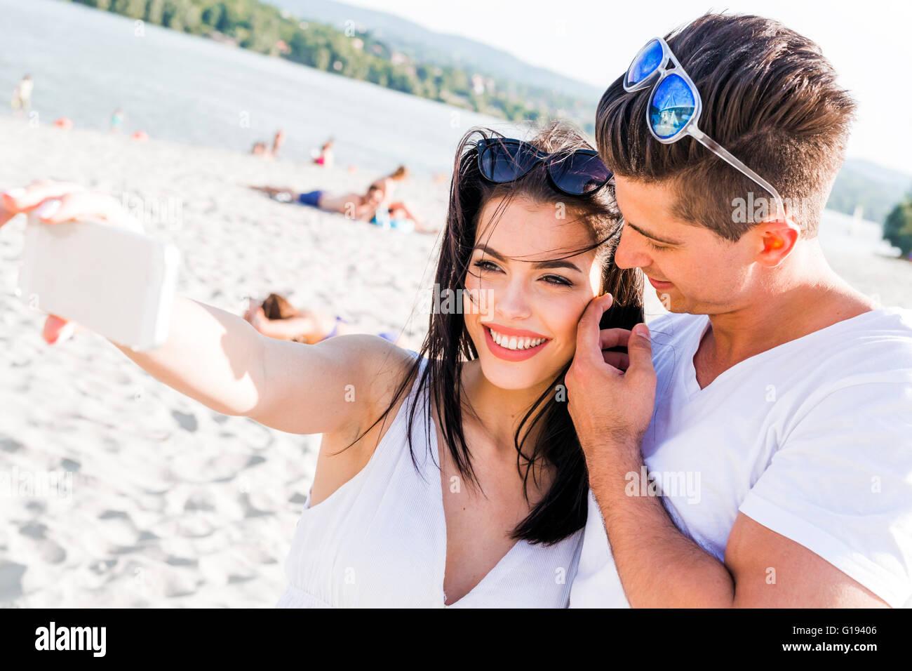 Prendre un beau couple de selfies eux-mêmes un jour d'été Photo Stock