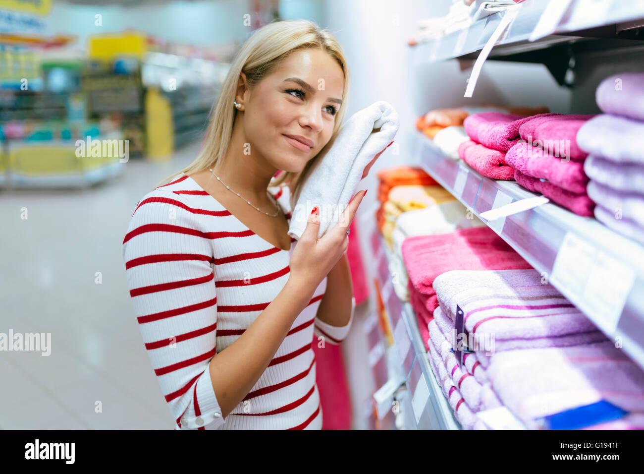 Belle femme l'inspection et l'achat de serviettes en supermarché Photo Stock