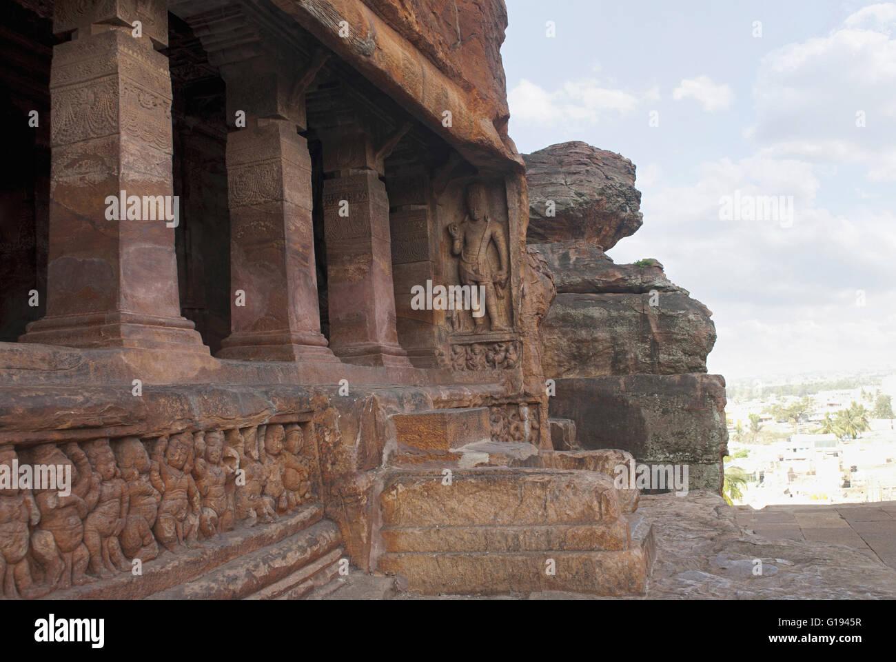 Cave 2: façade, vue côté droit. Les grottes de Badami, Karnataka, Inde. Des sculptures représentant Photo Stock
