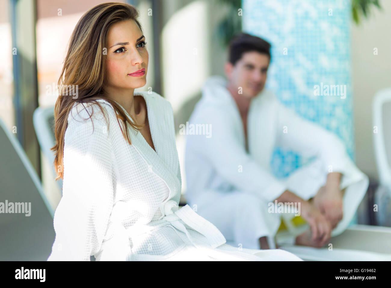 Portrait d'une belle jeune femme dans un peignoir à côté d'une piscine Photo Stock