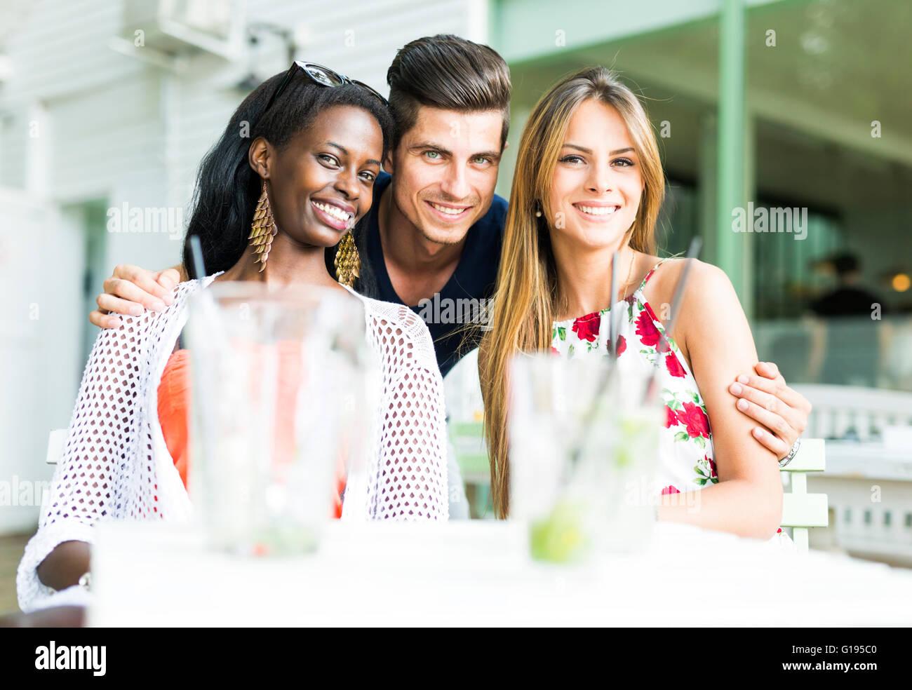 Happy friends smiling outdoors étant proches les uns des autres sur une journée d'été Banque D'Images