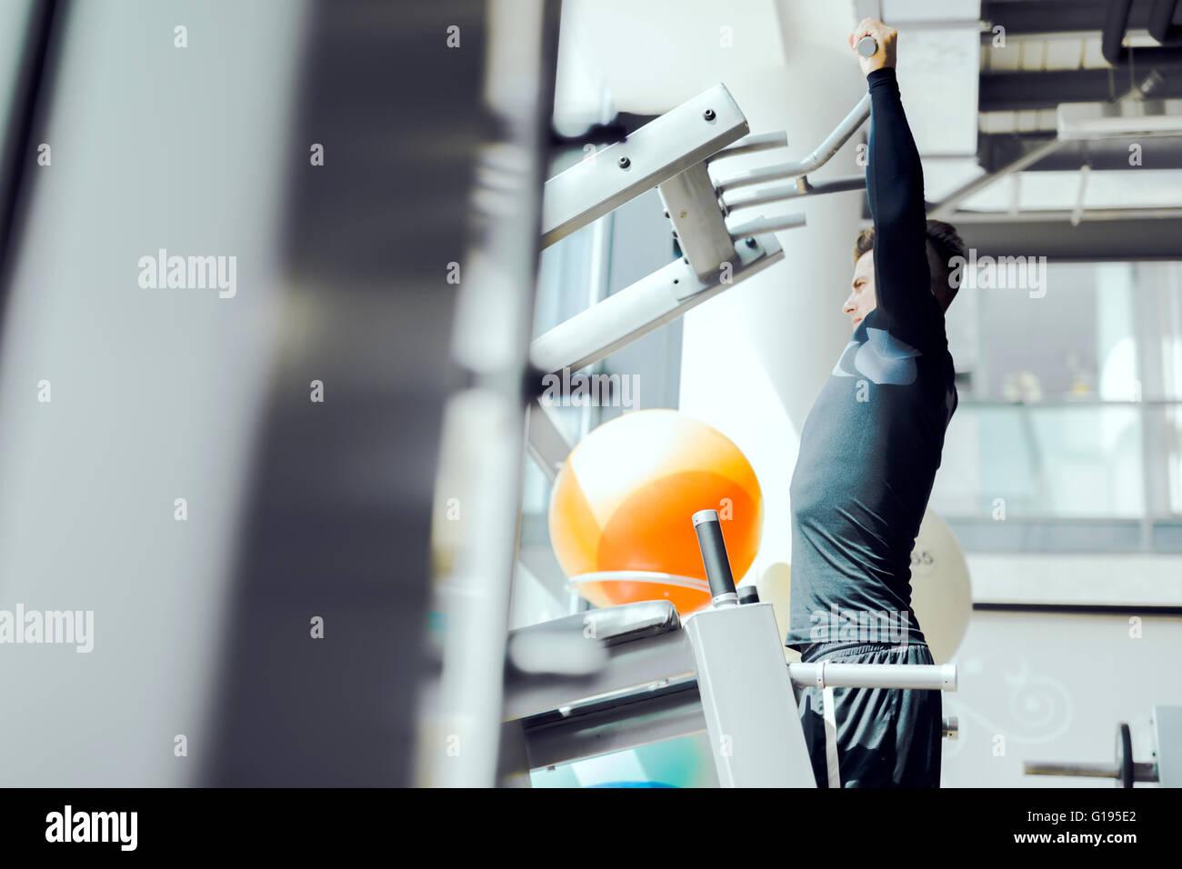 Beau jeune homme qui travaille dans une salle de sport et un mode de vie sain Photo Stock