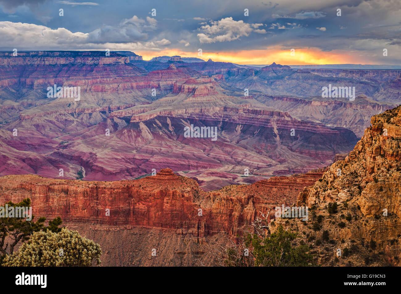 Coucher de soleil spectaculaire après une tempête de la rive sud du Grand Canyon à Moran Point, Grand Photo Stock