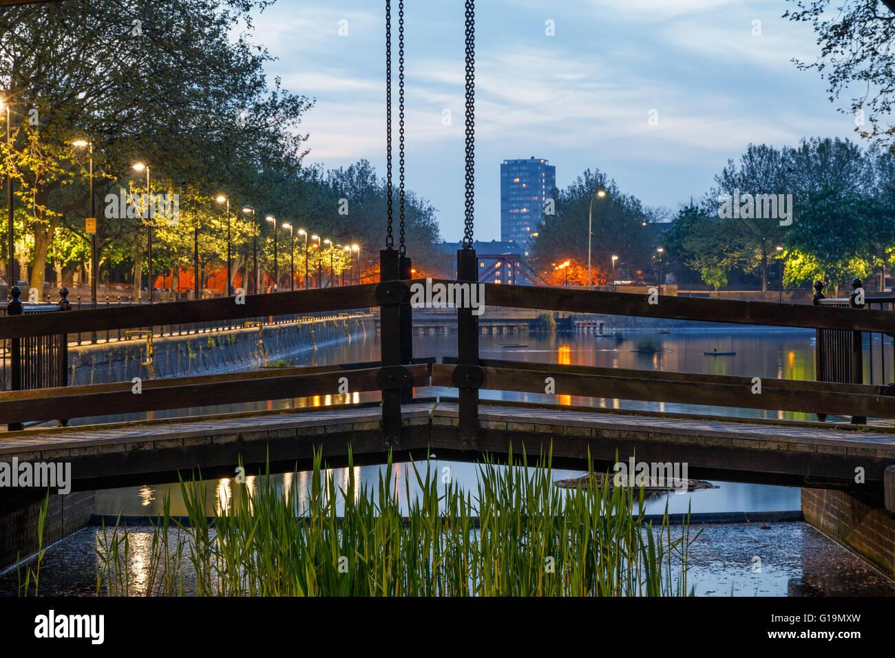 Chemin de bois Pont sur canal reliant Londres Albion à l'eau de Surrey Photo Stock