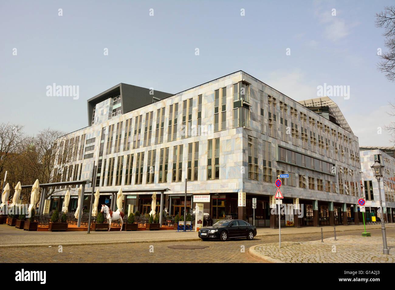 Bâtiment commercial moderne sur Domplatz à Magdebourg Photo Stock