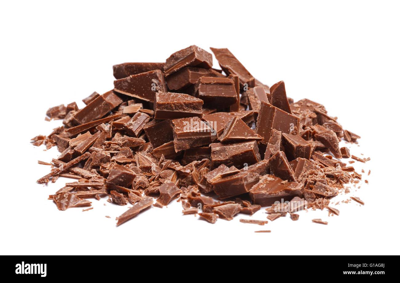 Pile de pièces cassées et copeaux de chocolat isolé sur fond blanc. Photo Stock