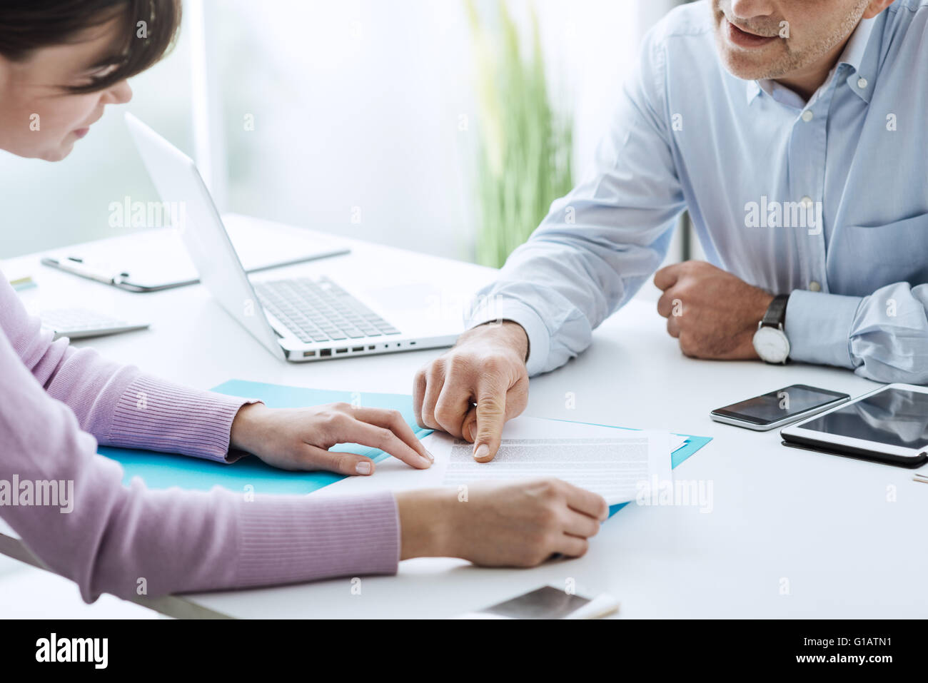 Jeune femme ayant une réunion d'affaires avec un comité exécutif dans son bureau, il se dirige Photo Stock