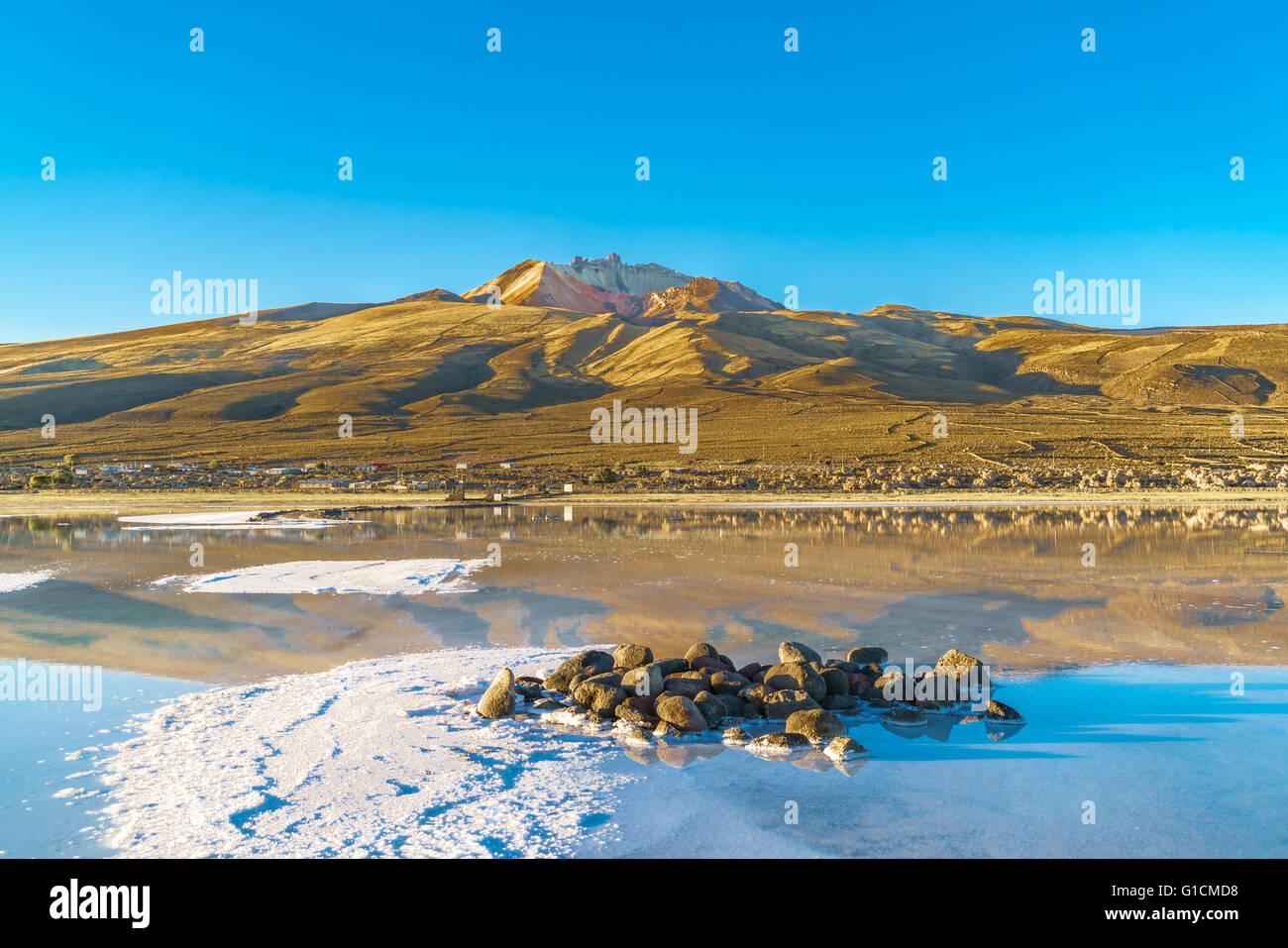 Vue sur volcan dormant à Uyuni Salt télévision le soir Photo Stock