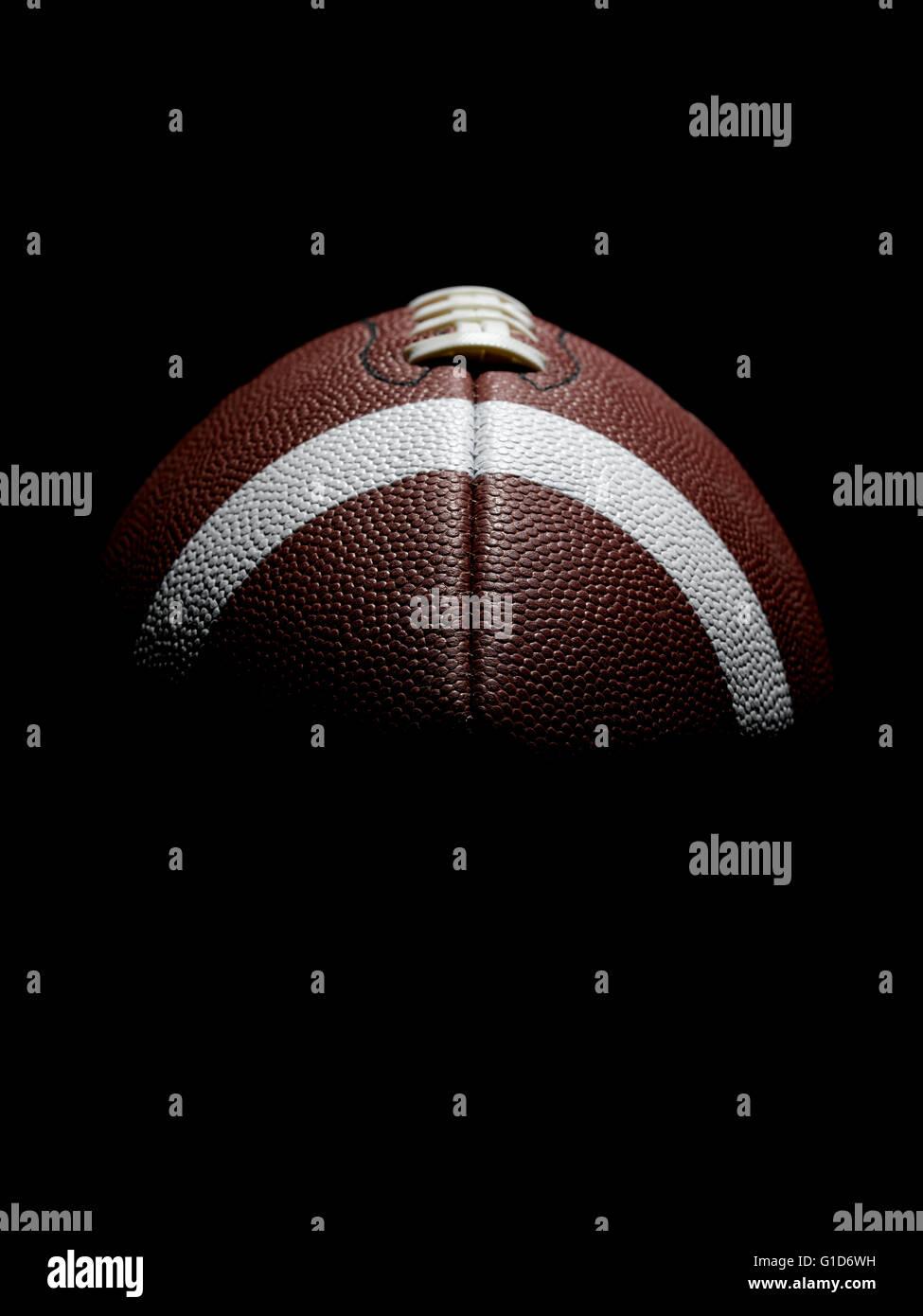 Le football américain sur noir Photo Stock