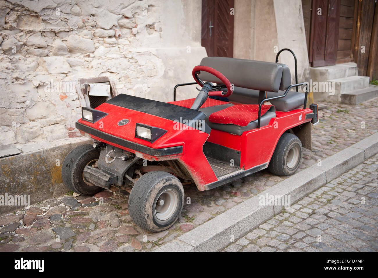 Melex rouge véhicule stationné dans la région de Kazimierz Dolny, Pologne, Europe, véhicule Photo Stock