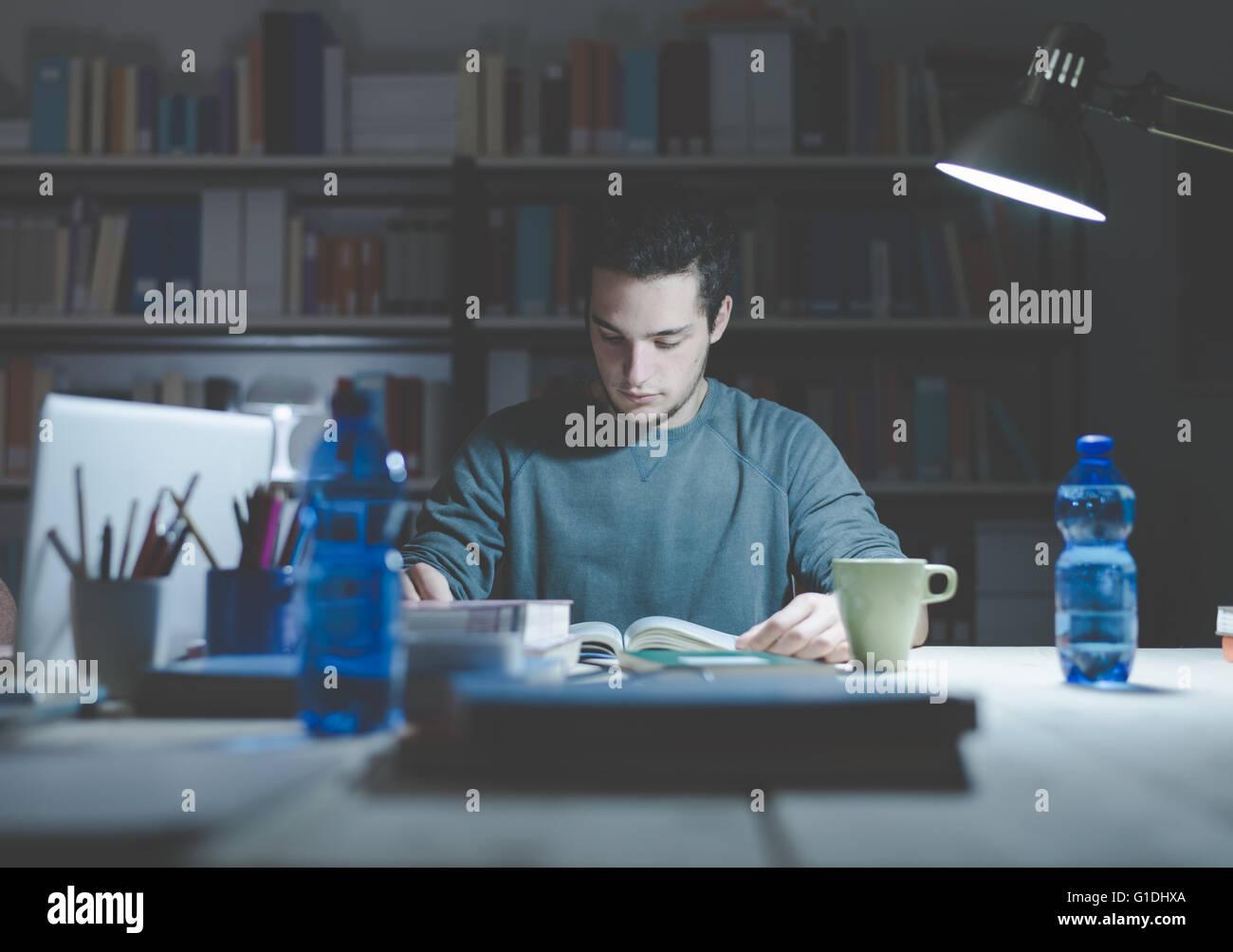 Teenage student la lecture de livres et d'étudier tard dans la nuit, l'apprentissage et l'éducation Photo Stock