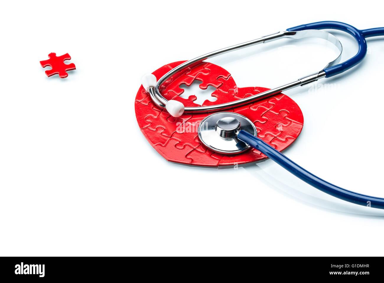 La maladie de coeur, coeur de puzzle avec stéthoscope sur fond blanc Photo Stock