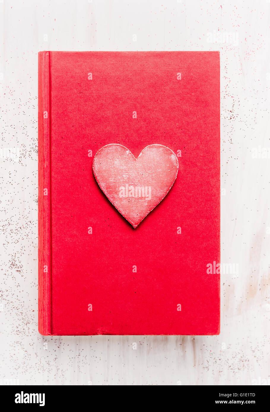 Livre Journal Rouge Avec Coeur Blanc Sur Fond De Bois Vue