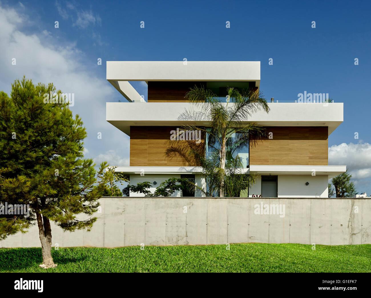 Maison Blanche, Lu0027Ametlla. Vue Extérieure De La Maison Moderne.  Partiellement Cachés Par Mur.