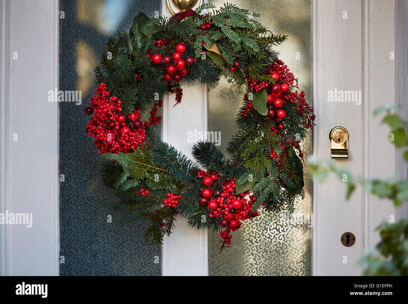 Guirlande de Noël sur la porte. Photo Stock