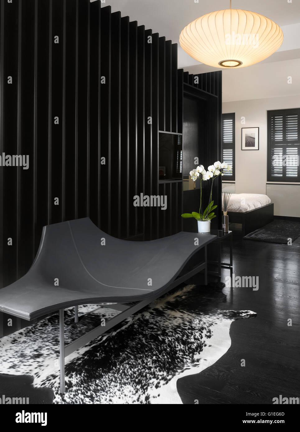Dressing dans la chambre principale. Design monochrome avec un mobilier moderne. Photo Stock