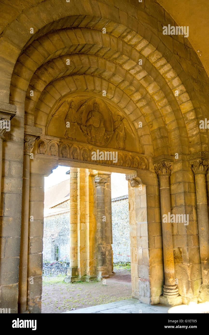 Tympan de l'Ouest à l'abbaye bénédictine de Charlieu . Brionnais région. Loire Photo Stock