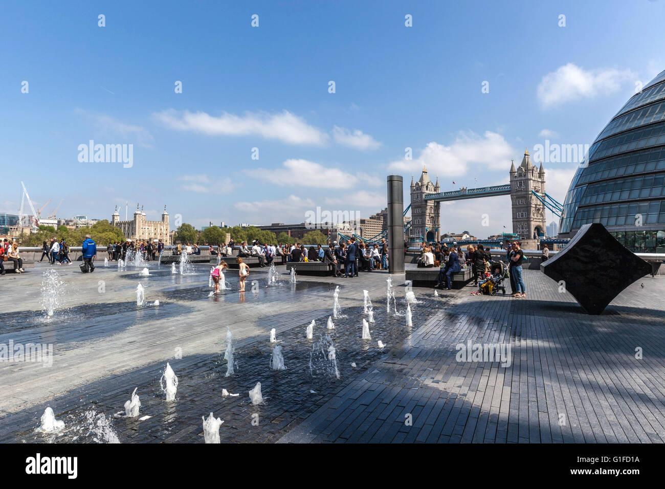 L'eau des fontaines, plus London Borough of Southwark, Londres, Angleterre, SE1, UK Photo Stock