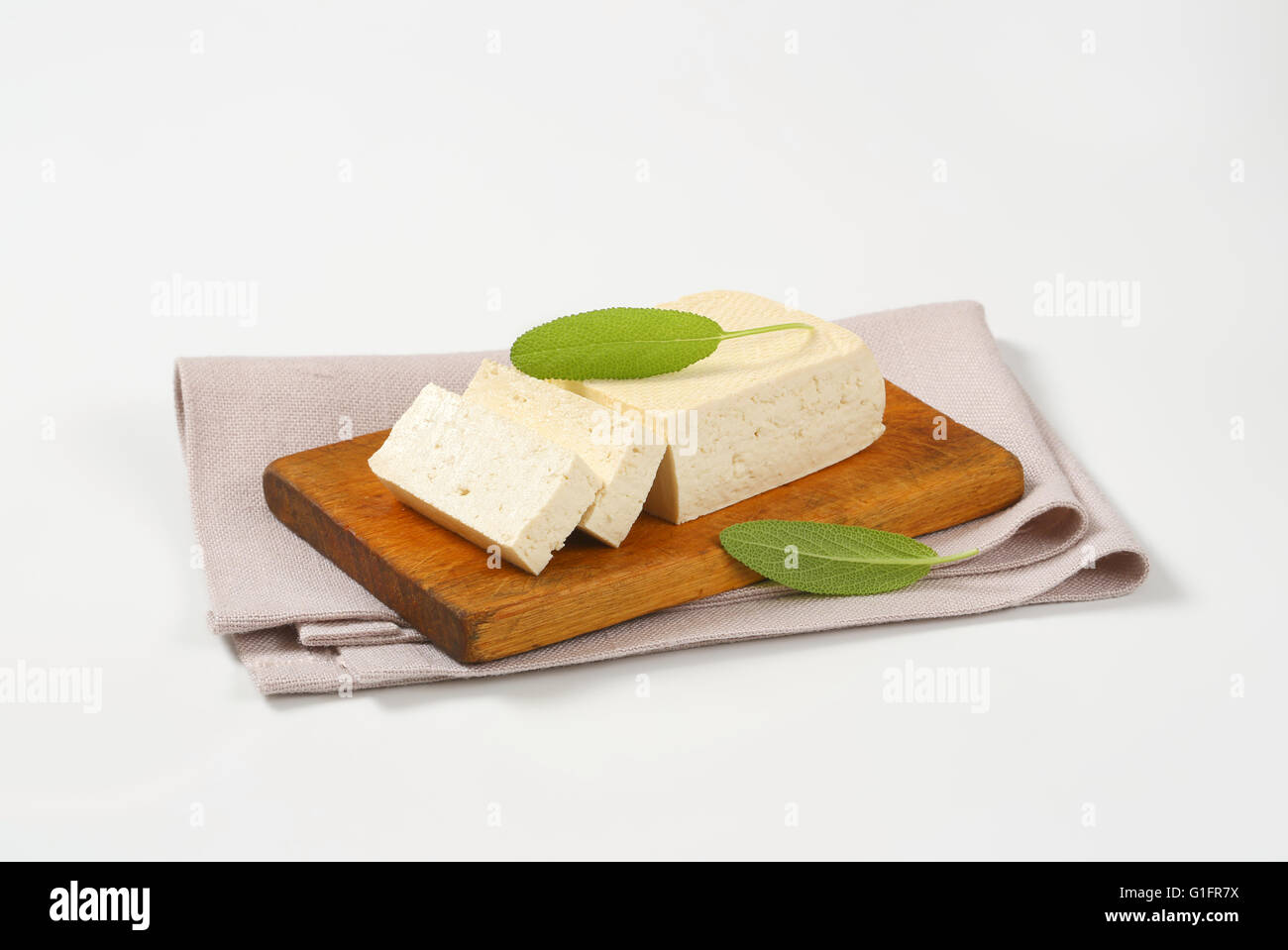 Bloc de tofu frais on cutting board Photo Stock