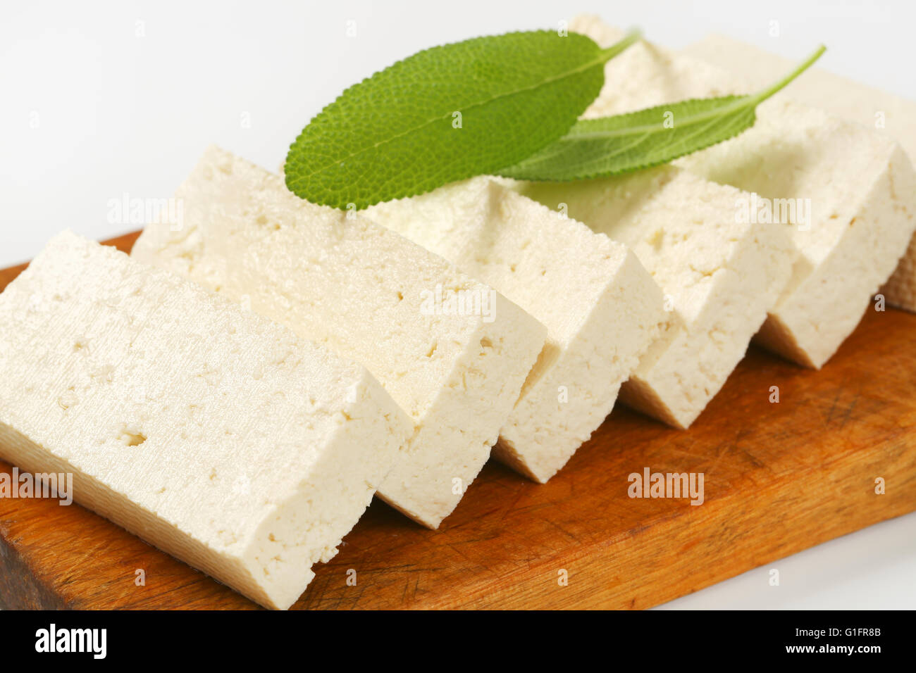 Tranches de tofu frais on cutting board Photo Stock
