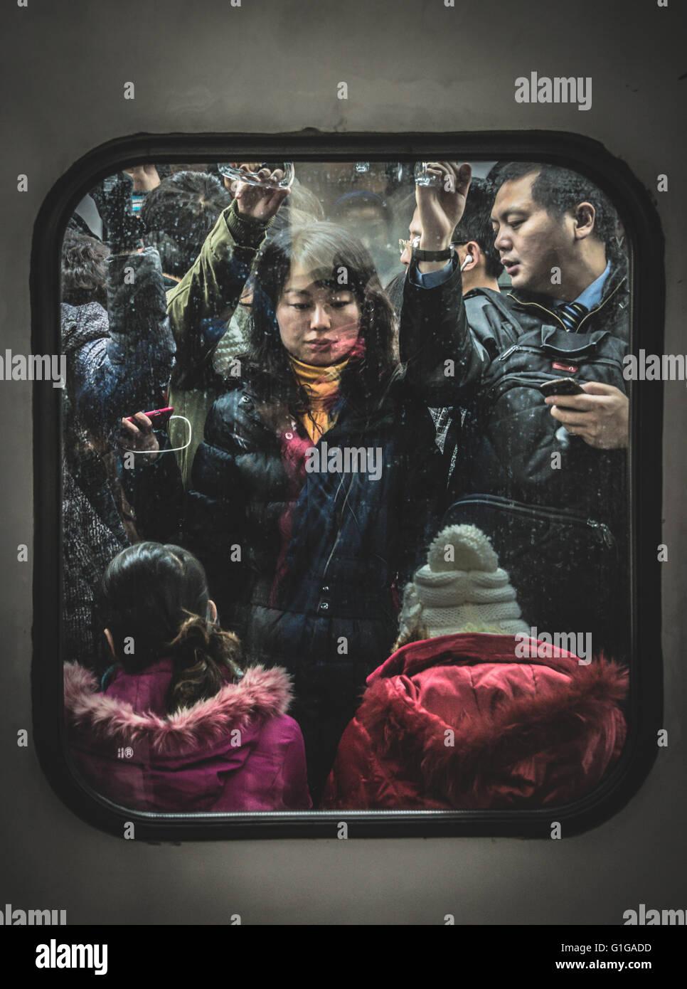 Les navetteurs à l'étroit sur le Métro de Beijing pendant les heures de pointe Photo Stock
