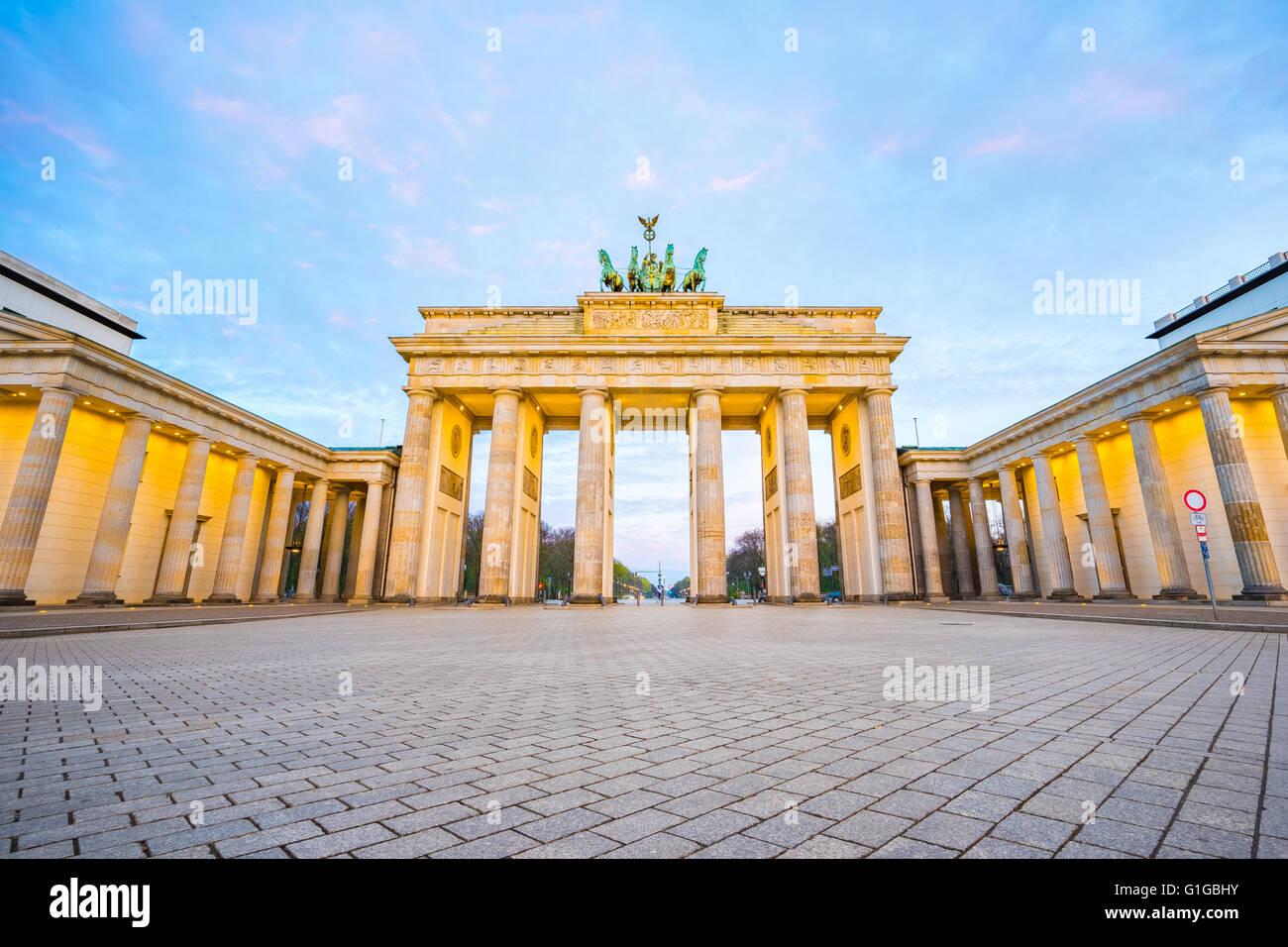 Beau Ciel avec la porte de Brandebourg à Berlin Allemagne la nuit. Photo Stock