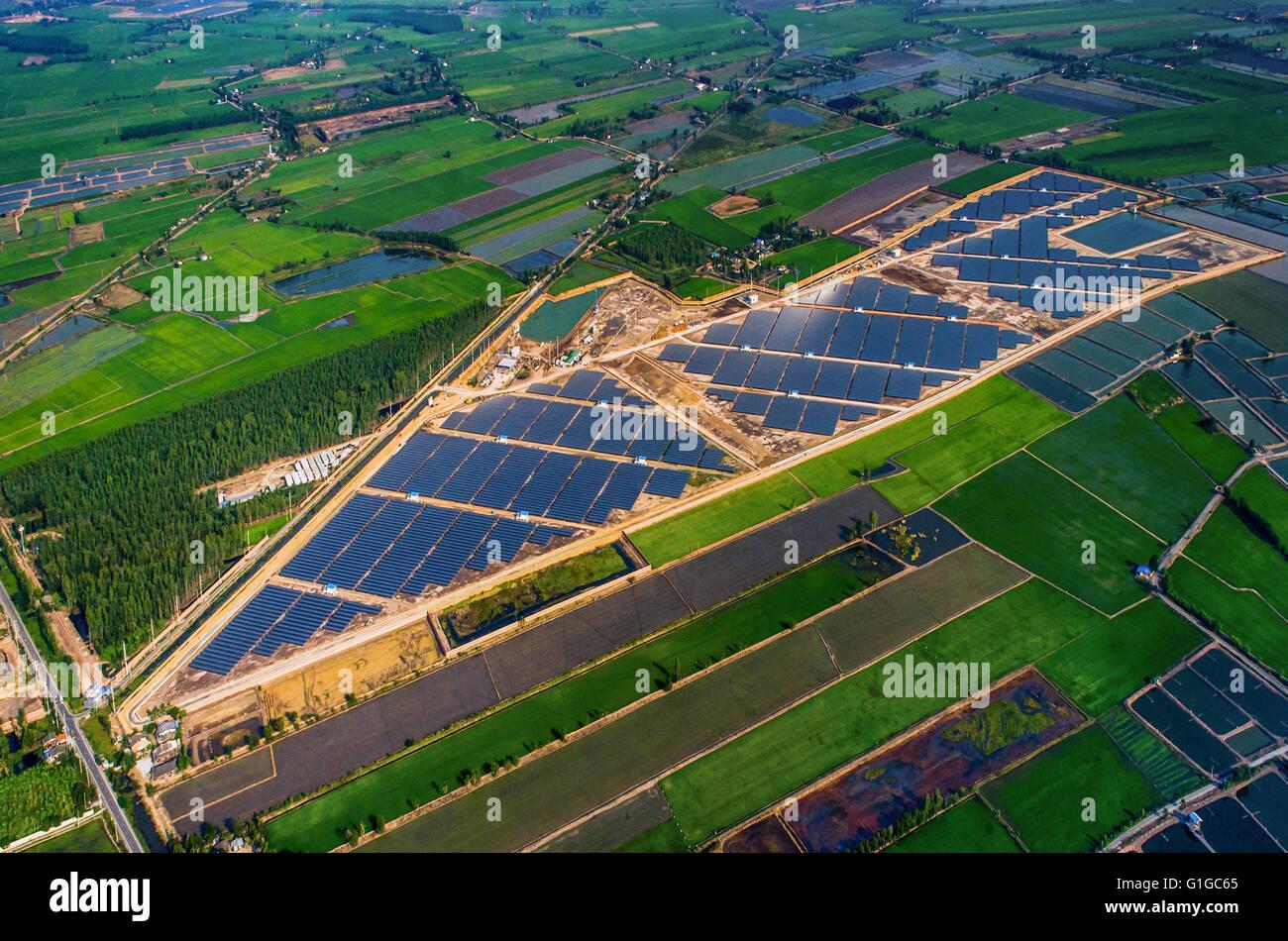 Ferme solaire, les panneaux solaires de l'air Photo Stock