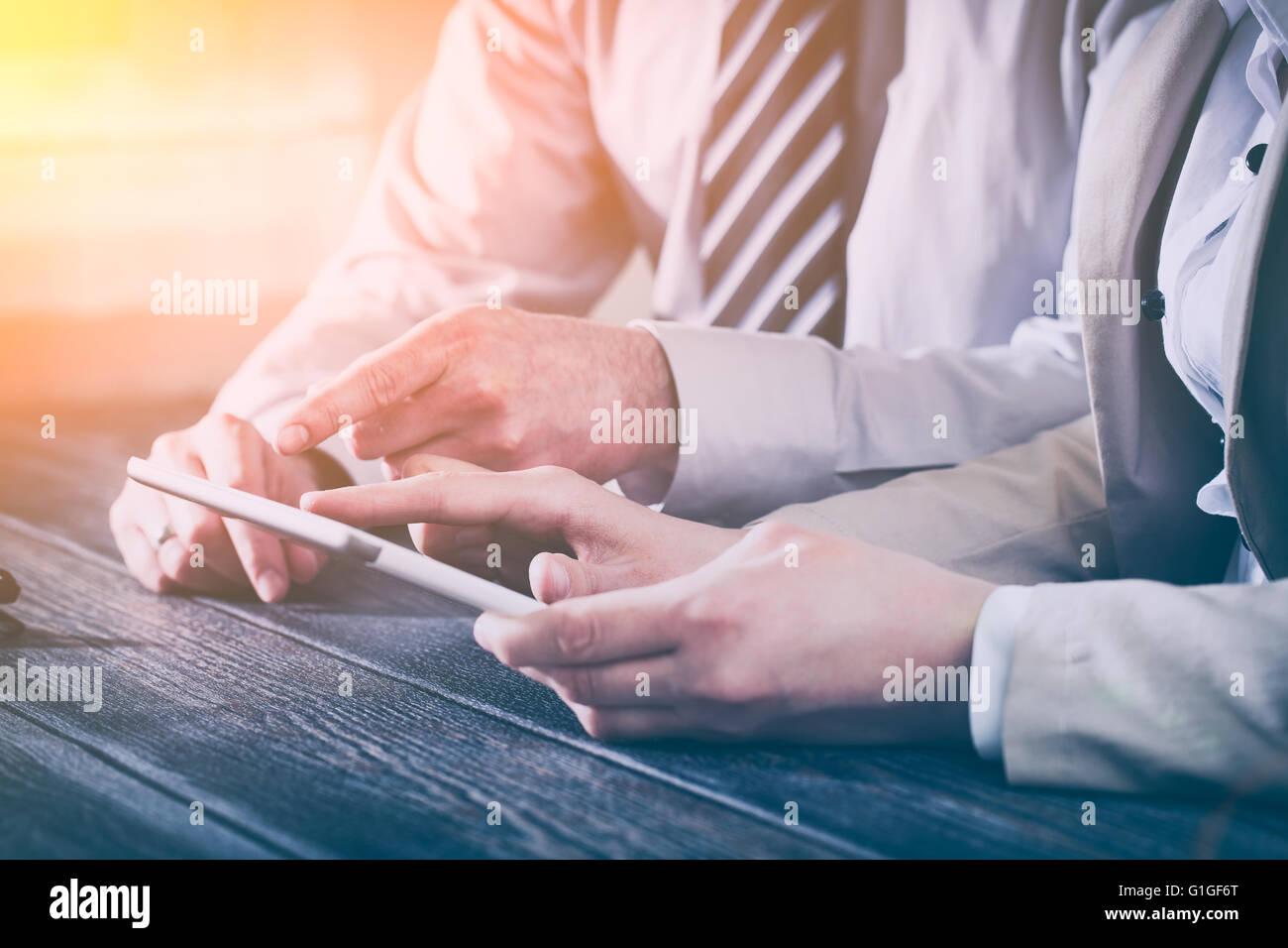 Réunion d'affaires de conseil exécutif Rapport de carrière revue tablet - image Photo Stock