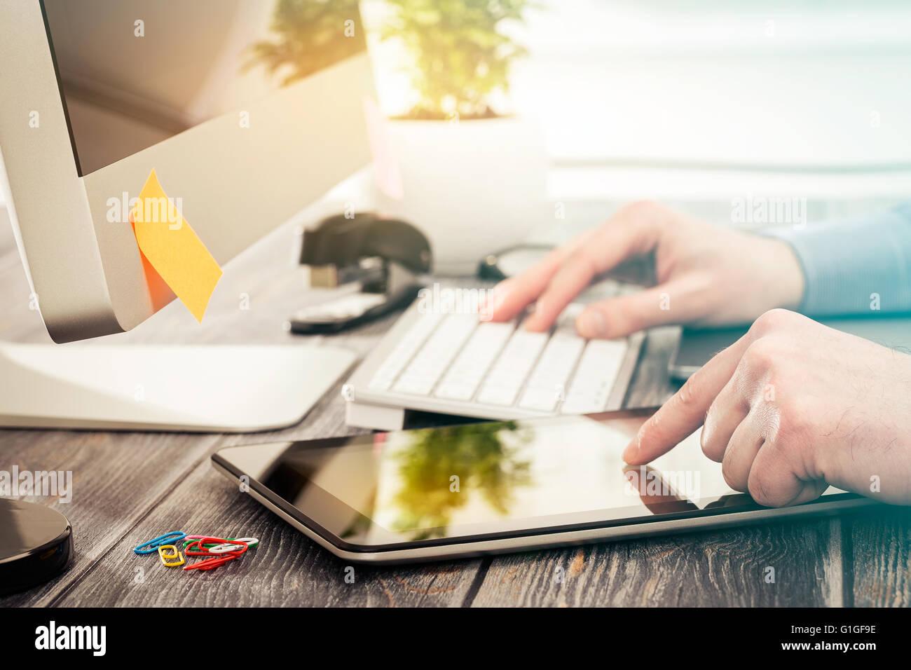 Main designer travaillant avec tablette numérique et l'ordinateur. Photo Stock