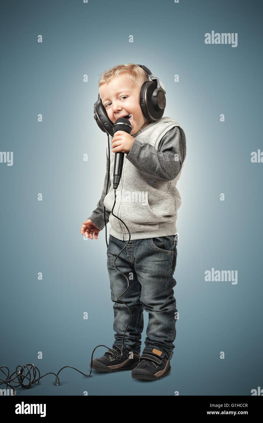Petit enfant avec microphone et casque Photo Stock