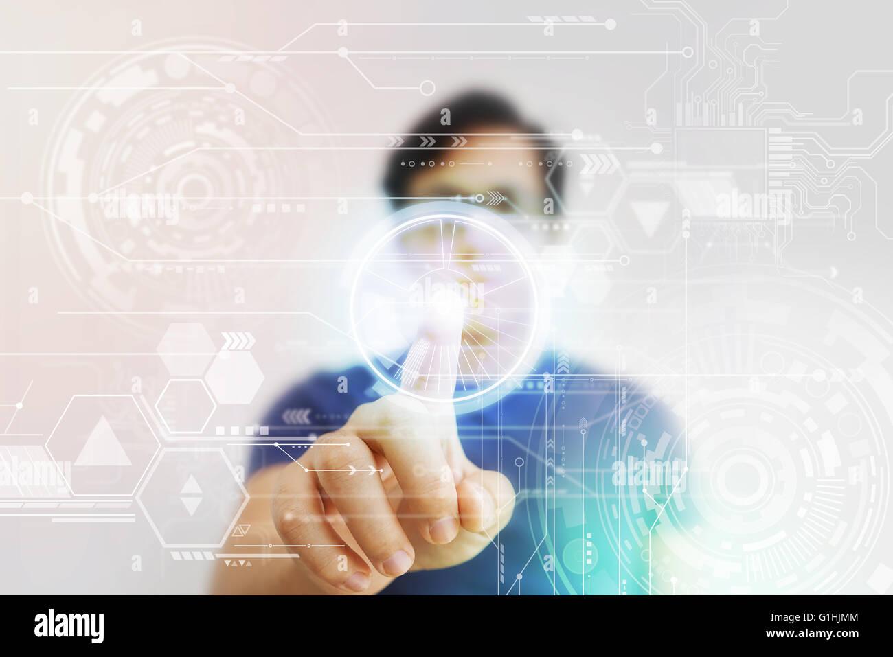 L'Homme asiatique en appuyant sur l'écran virtuel de haute technologie Photo Stock