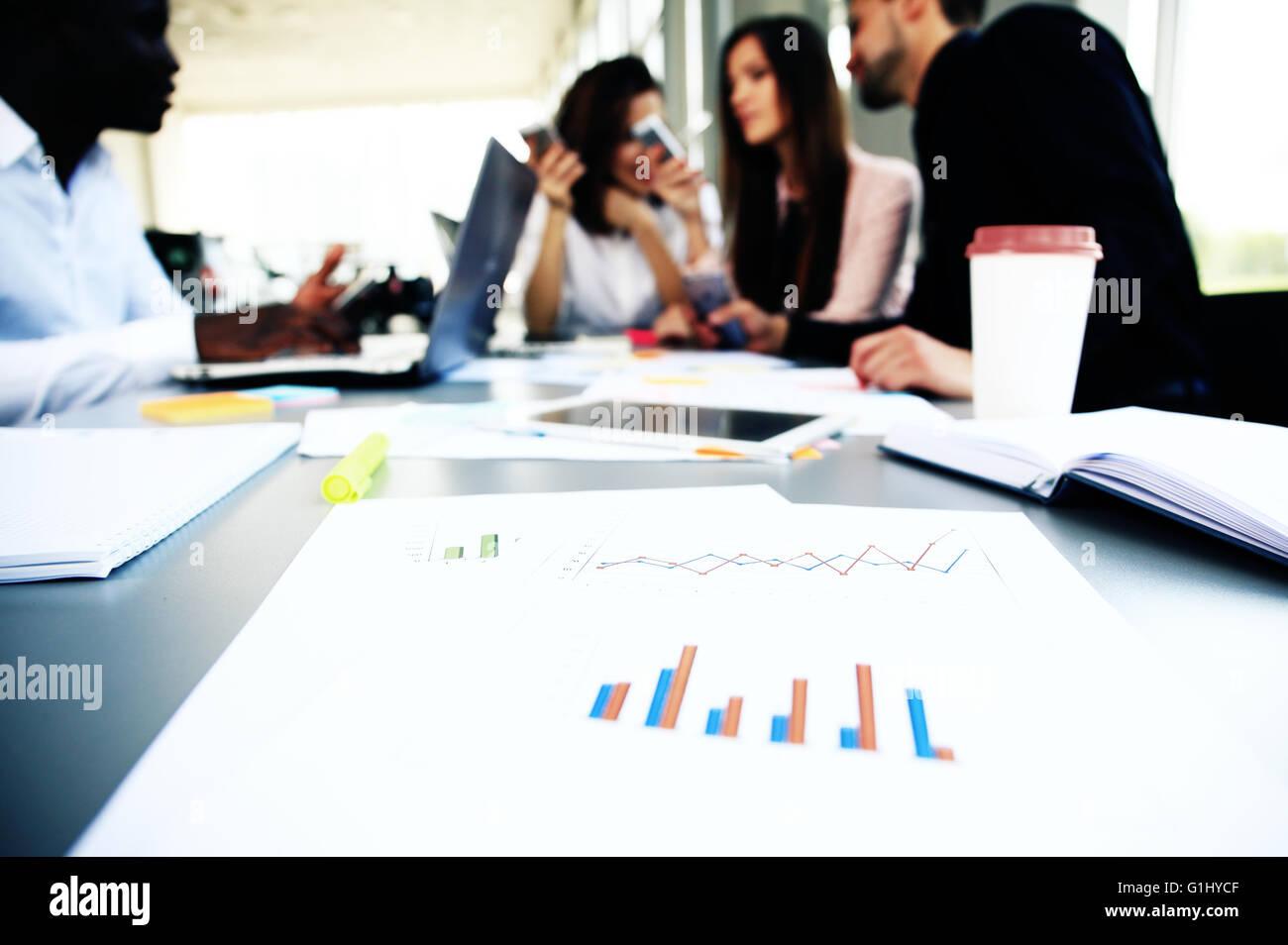 Document de travail au stylo et partenaires d'affaires et de réseautage sur l'arrière-plan Banque D'Images