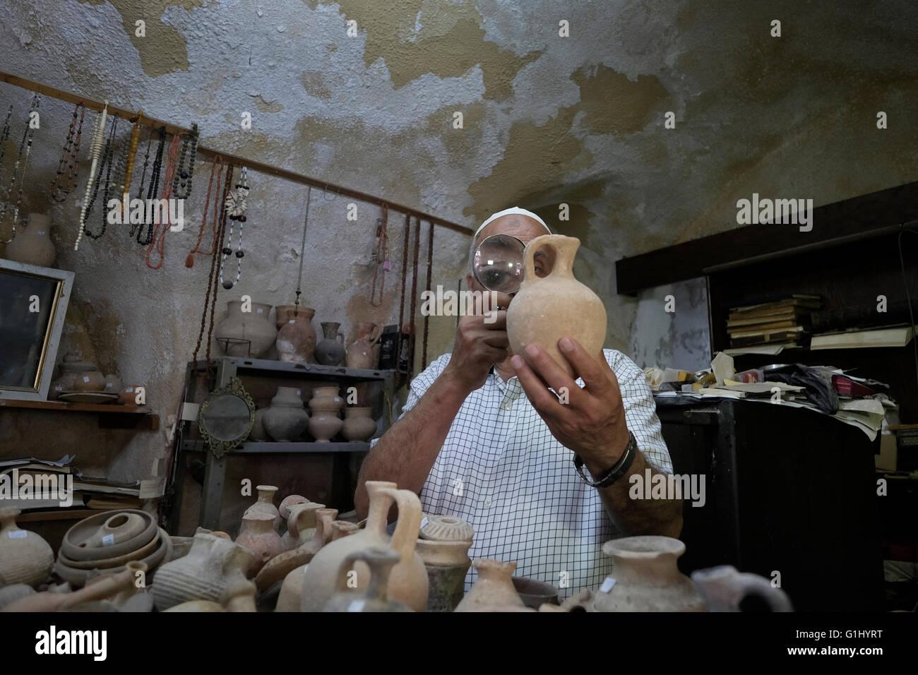 L'antiquité dealer Khader Baidun à son magasin situé sur la Via Dolorosa vieille ville Jérusalem, Photo Stock