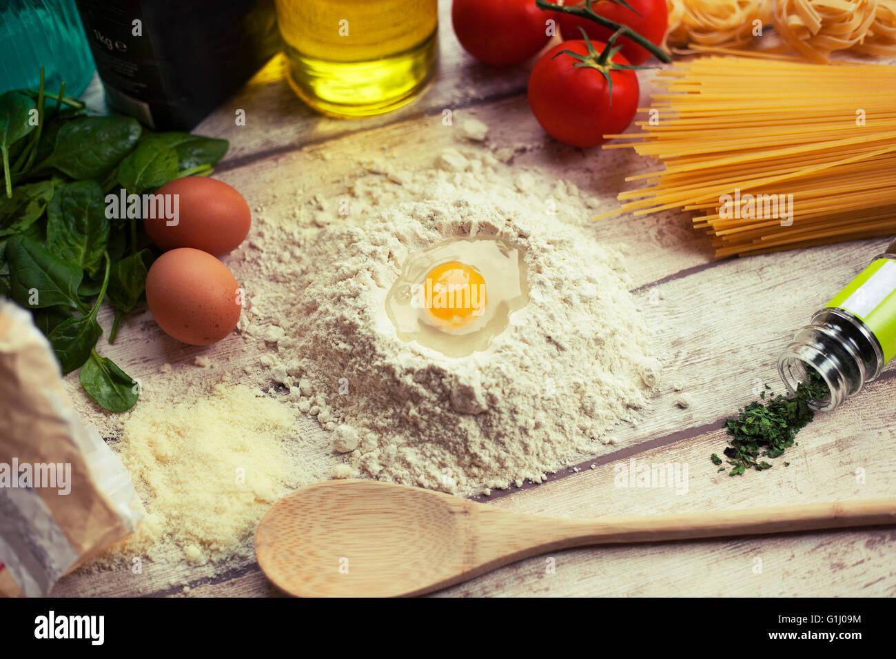 La préparation des plats italiens traditionnels faits maison Photo Stock