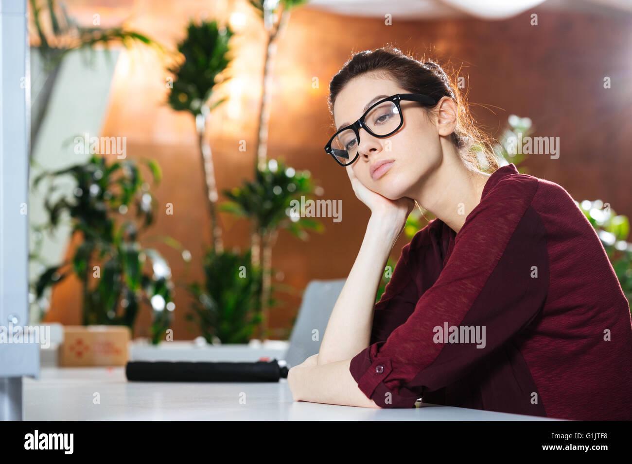Malheureux belle jeune femme d'affaires de verres en Banque D'Images