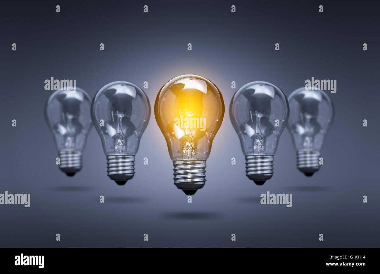 Idée lumineuse de l'ampoule - Leader de l'innovation créative Image Photo Stock