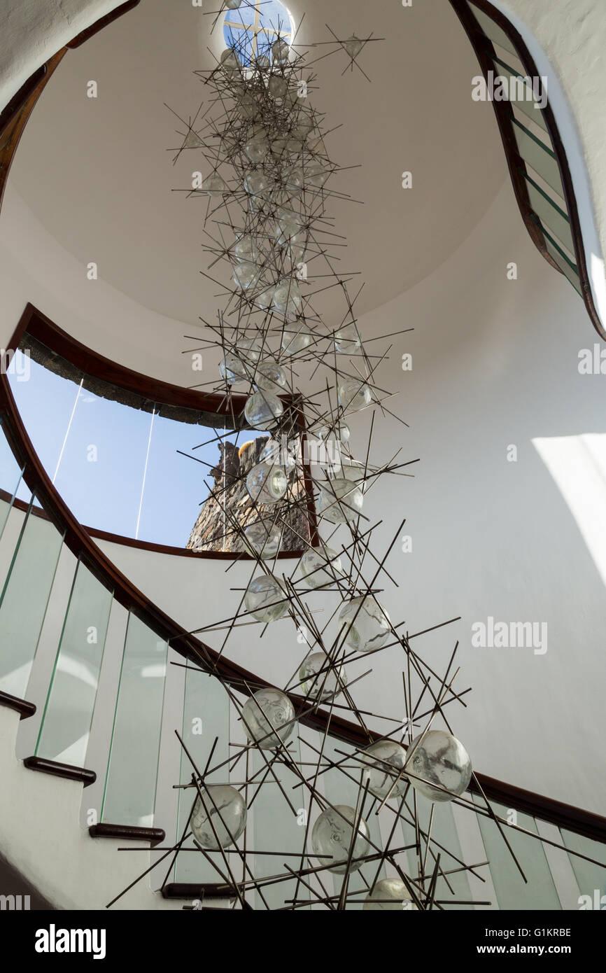 Lustre en verre et métal / artwork à l\'intérieur d\'un escalier ...